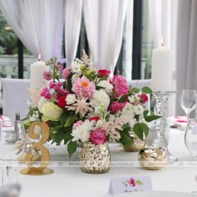 Kompozycja kwiatowa na paterze – dekoracja sali w Dworku Róża Poraja