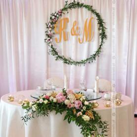 Zieleń liści, pastelowe kwiaty i złote dodatki – dekoracja ślubna Pałacu na Opieszynie