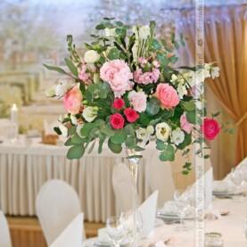 Kwiatowe kompozycje na wysokim szkle – dekoracja stołów weselnych w Pałacu na Opieszynie