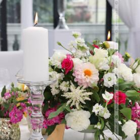 Odcienie różu w kwiatach oraz złote dodatki – Dworek Róża Poraja