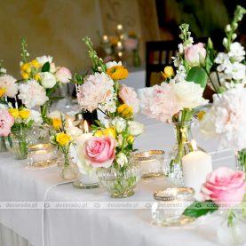 Żółty ranunculus i różowa róża – wiosenna dekoracja ślubna w Restauracji Culinaria