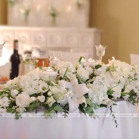 Kwiaty na stole prezydialnym – dekoracja sali weselnej – Pałac Biedrusko