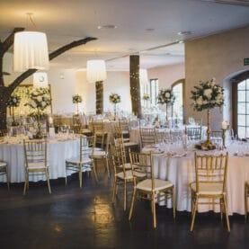 Złoto i biel w naturalnej oprawie w dekoracji sali – Hotelarnia