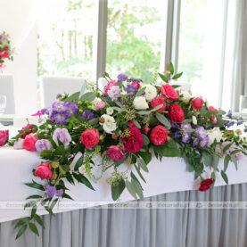 Intensywne barwy kwiatów w dekoracji stołu prezydialnego – Novel House