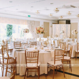 Różowo-białe kwiaty w złotej oprawie dodatków – dekoracja ślubna w stylu glamour – Pałac Wąsowo