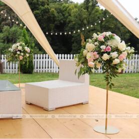 Kwiatowe kompozycje na złotych stojakach – Sala Parkowa Pałacu Wąsowo