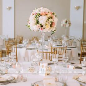 Dekoracja sali w stylu glamour – eleganckie kwiaty i złote dodatki – Pałac Wąsowo
