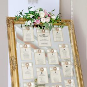 Plan stołów na lustrze ze złotą ramą