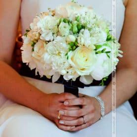 Biel i krem w bukiecie ślubnym