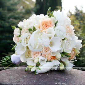 Wiązanka ślubna w bieli z delikatnym akcentem brzoskwiniowych róż