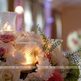 Dekoracja sali w Pałącu na Opieszynie – kwiaty w blasku świec