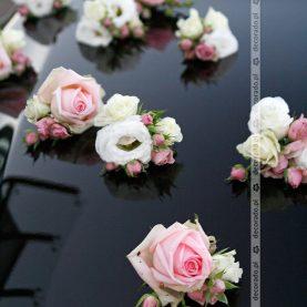 Dekoracja samochodu na ślub – biel i róż