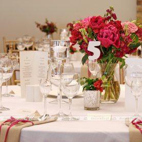 Dekoracja ślubna w malinowym kolorze w Remesie