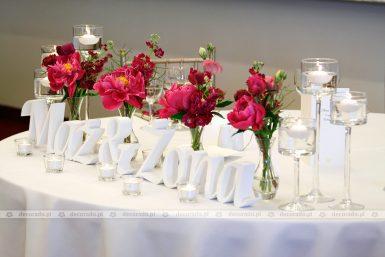 Dekoracja stołu prezydialnego – amarantowe piwonie – Hotel Remes