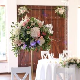 Zieleń liści, delikatne kwiaty, złote dodatki – wystrój sali weselnej w Hotelu Bagatelka