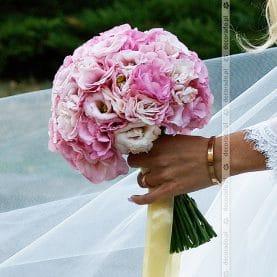 Romantyczna różowa eustoma w bukiecie ślubnym
