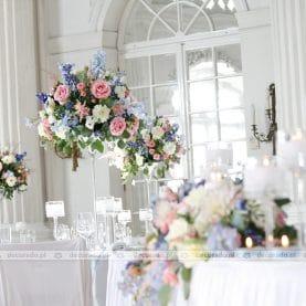 Delikatna i elegancka kolorystyka kwiatów w dekoracji sali weselnej Zamku w Rydzynie