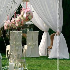 Eleganckie stojaki z kwiatami – ślub w Solei