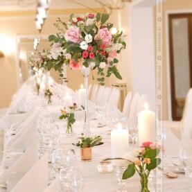 Elegancka dekoracja kwiatowa sali w Pałacu na Opieszynie