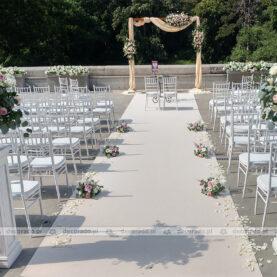 Romantyczny ślub na tarasie Pałacu Wąsowo – romantyczna dekoracja ślubu plenerowego