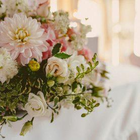Delikatne połączenie kwiatów w odcieniach pastelowego różu i delikatnych liści
