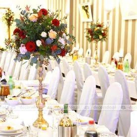 Kwiaty na złotych wysokich świecznikach – Hotel Ossowski