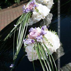 Dekoracja samochodu – biel, róż i fiolet