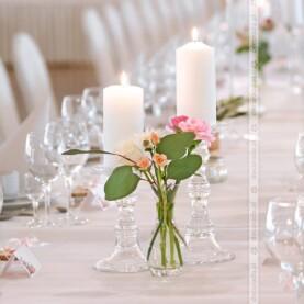 Eleganckie świeczniki, delikatne kwiaty – dekoracja sali w Pałacu na Opieszynie