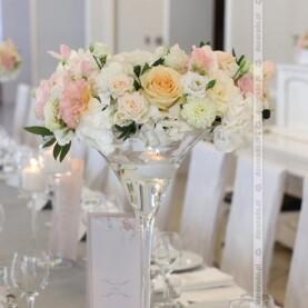 Pastelowe kwiaty w blasku świec – Róża Poraja