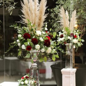 Wysokie kompozycje na kolumnach – dekoracja ceremonii ślubnej – Młyńska 12