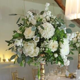 Biel kwiatów, zieleń liści, złote dodatki – romantyczny wystrój sali w Hotelarni