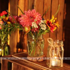 """""""Polne"""" kwiaty, drewniany skrzynie, słoiki – rustykalna dekoracja"""
