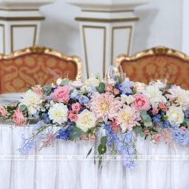 Dekoracja stołu prezydialnego – delikatne kolory kwiatów