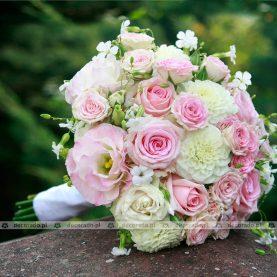 Róża i biel w bukiecie
