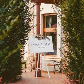 Tablica powitalna – dekoracja przed wejściem na salę weselną