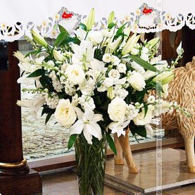 Bukiet wysokich białych kwiatów na ołtarzu