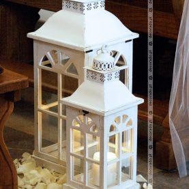 Białe latarnie w dekoracji kościoła
