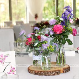 Naturalne bukiety kwiatów w słoikach na plastrach drewna – Novel House
