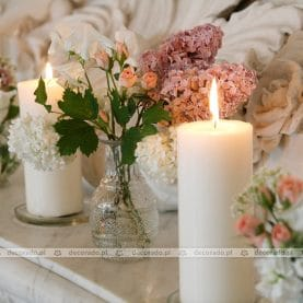 Dekoracja kominka – delikatne kwiaty w świetle świec – Pałac Rydzyna