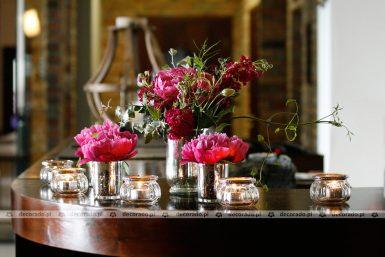 Wystrój sali – malinowe kwiaty – Hotel Remes
