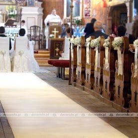 Gipsówka i róże – ślubna dekoracja Kościoła w Bukowcu
