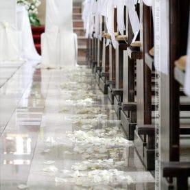 Bukieciki gipsówki – delikatna dekoracja ławek w bieli