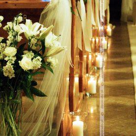 Dekoracja ławek – białe róże – Kościół NMPNP
