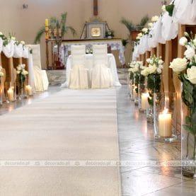 Dekoracja ślubna kościoła – kwiaty i świece w bieli