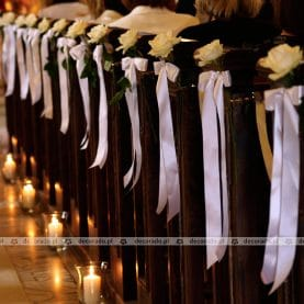 Róże z świetle świec – prosta i elegancka dekoracja ławek