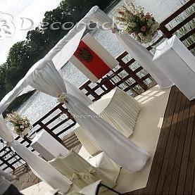 Ślubna altana w bieli – dekoracja ceremonii cywilnej nad jeziorem w Skorzęcinie