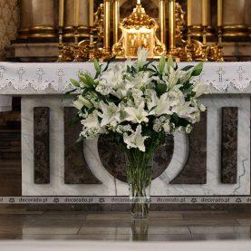 Bukiet wysokich kwiatów przed ołtarzem