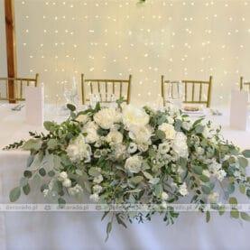 Romantyczna dekoracja stołu prezydialnego – biel i złoto – Hotelarnia
