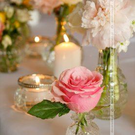 Romantyczne dodatki w wiosennej dekoracji ślubnej