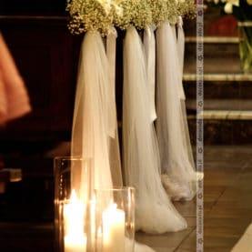 Kwiaty, tiul, lampiony – romantyczna ślubna dekoracja kościoła